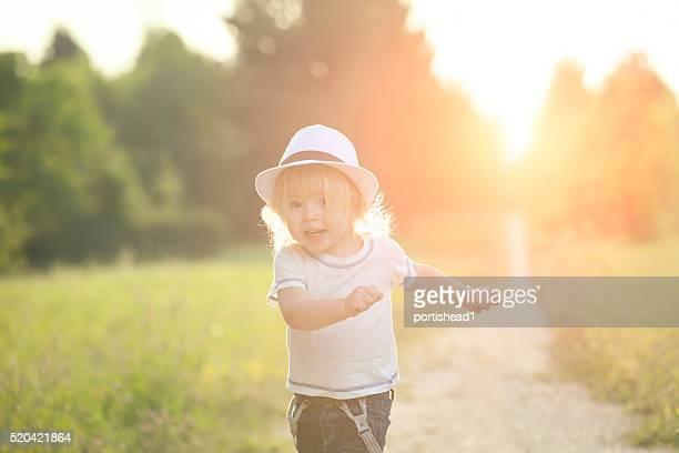 Glückliche kleine Junge Laufen in einem park