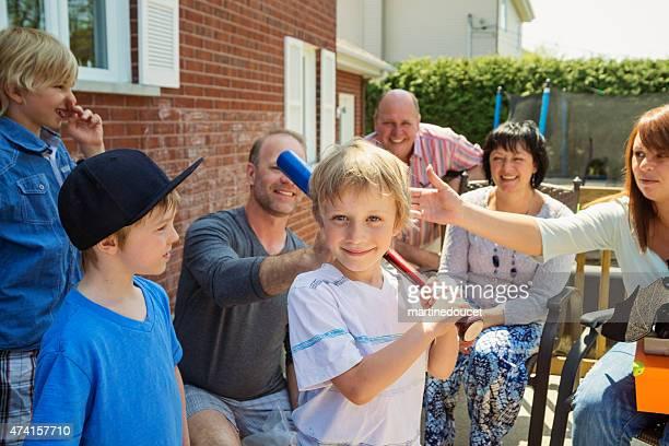 """garoto feliz, mostrando sua nova taco de beisebol no aniversário. - """"martine doucet"""" or martinedoucet - fotografias e filmes do acervo"""