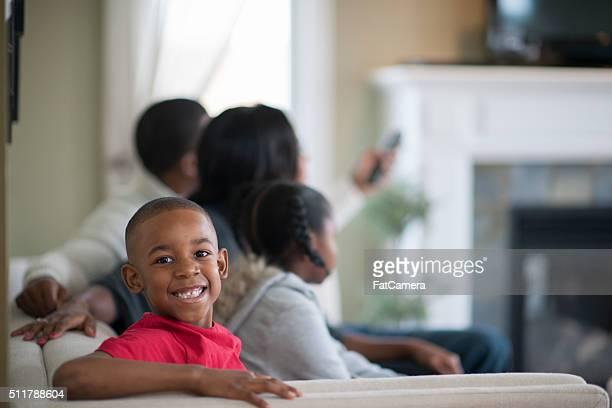 Heureux petit garçon avec sa famille