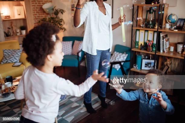 シャボン玉で遊んで幸せな小さな家族