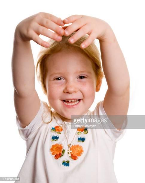 Glückliches kleines Mädchen, die Ausübung-Ballett-Position