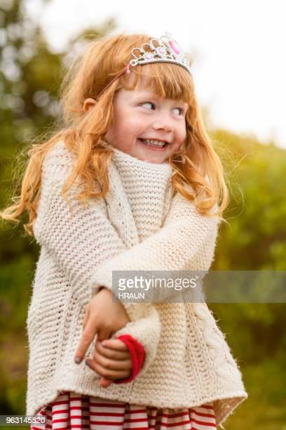 Bonne petite fille regardant loin dans la forêt