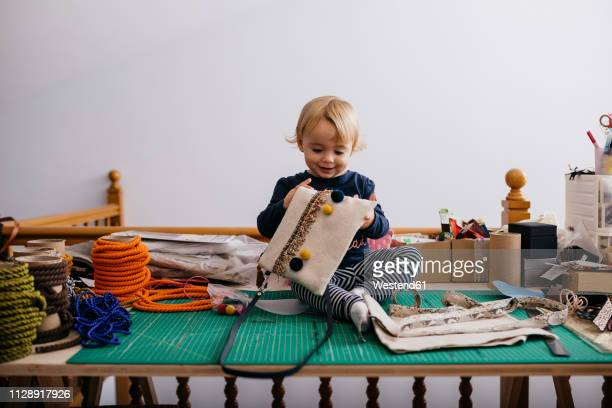 happy little girl sitting on table with fashion accessories - retalho - fotografias e filmes do acervo