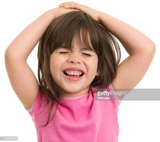 Bambina felice con le mani sulla testa