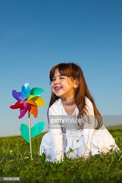 Glückliches kleines Mädchen mit Windrad