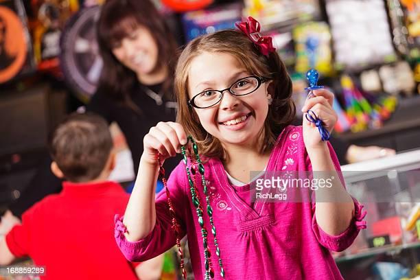 Glückliches kleines Mädchen mit Preise