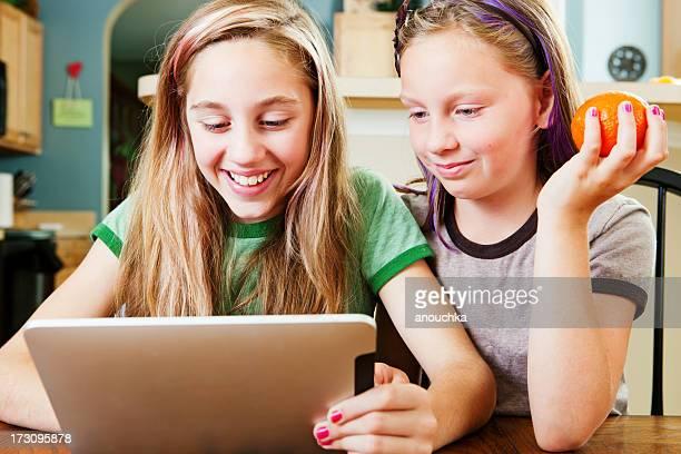Glückliches kleines Mädchen mit tablet PC zu Hause