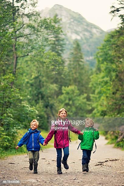 Happy little hikers corriendo en las montañas