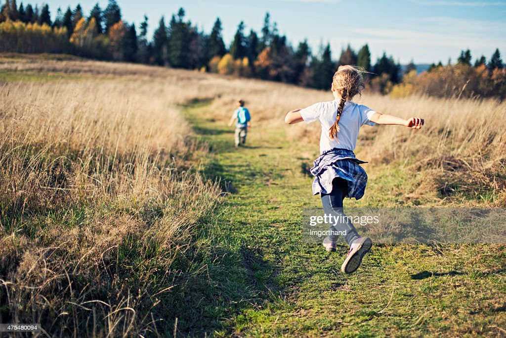 Happy little kids hiking : Stockfoto