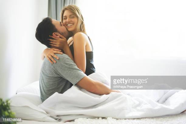 happy lover kissing and hugging - couple lit photos et images de collection