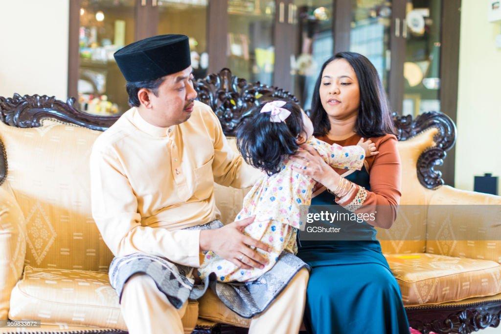 Malaysische Familienglück zu Hause doting auf ihren Säugling. : Stock-Foto