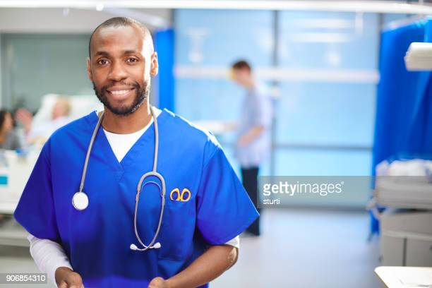happy male doctor on the ward - enfermeiro imagens e fotografias de stock