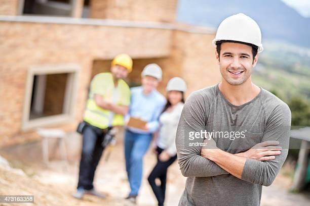 Hombre feliz en un sitio de construcción