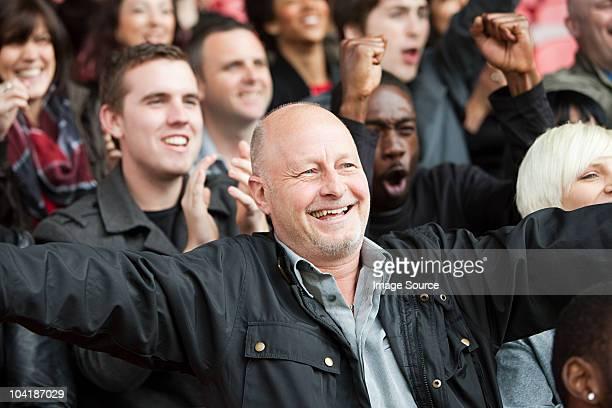 glücklicher mann im fußball - männer über 30 stock-fotos und bilder