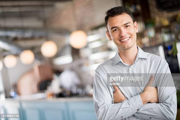 Heureux homme au bar