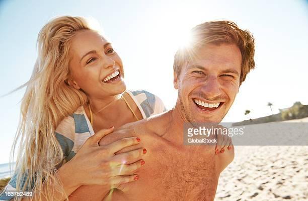 verspielte paar - blond frauen strand stock-fotos und bilder