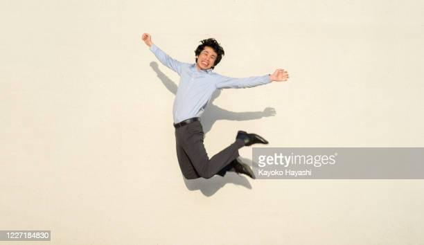 幸せな男は全身ジャンプで喜びを表現する - 喜び ストックフォトと画像