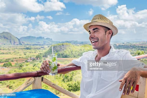 glücklicher mann mit mojito gegen valle de vinales - valle de vinales stock-fotos und bilder