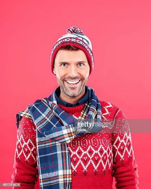 Hombre feliz en invierno negocio contra fondo rojo