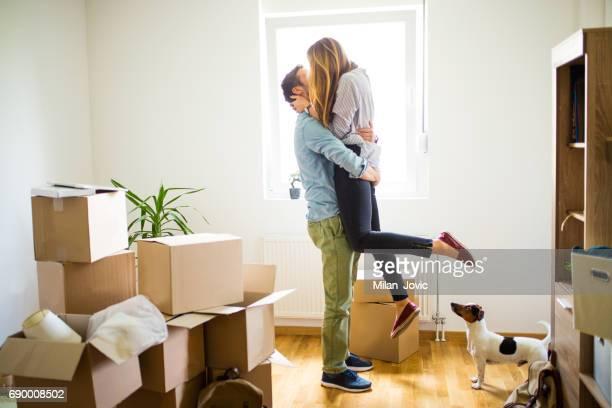 Hombre feliz mujer en casa nueva elevación