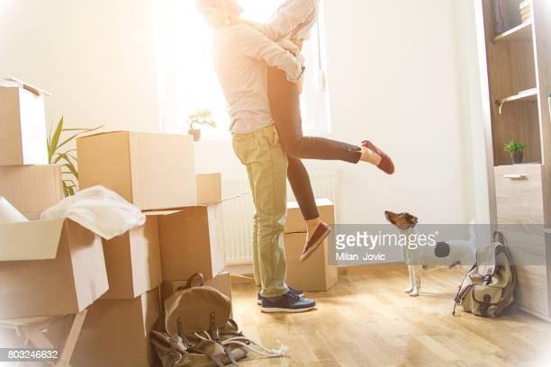 Glücklicher Mann Gewichtheben Frau in neues Haus