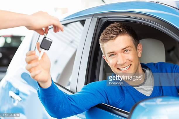La réception de clés de voiture heureux homme