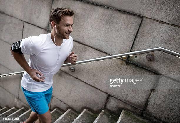 Homem feliz a correr
