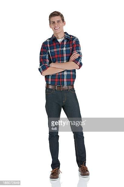 feliz homem de pé com os braços cruzados - jeans calça comprida - fotografias e filmes do acervo