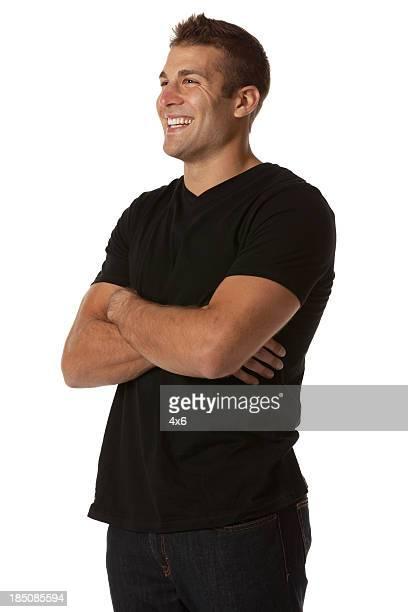 felice uomo in piedi con le braccia incrociate - tre quarti foto e immagini stock