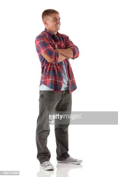 Feliz hombre de pie con los brazos cruzados
