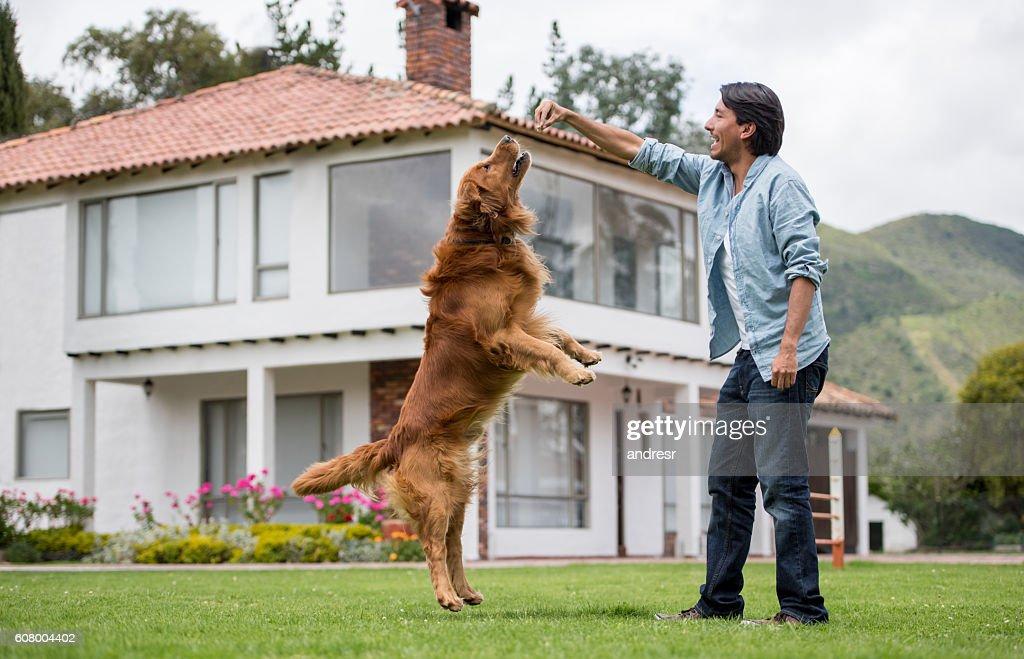 幸せな男は彼の犬を訓練 : ストックフォト