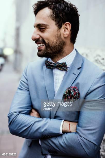 hombre feliz con brazos cruzados - solapa camisa fotografías e imágenes de stock