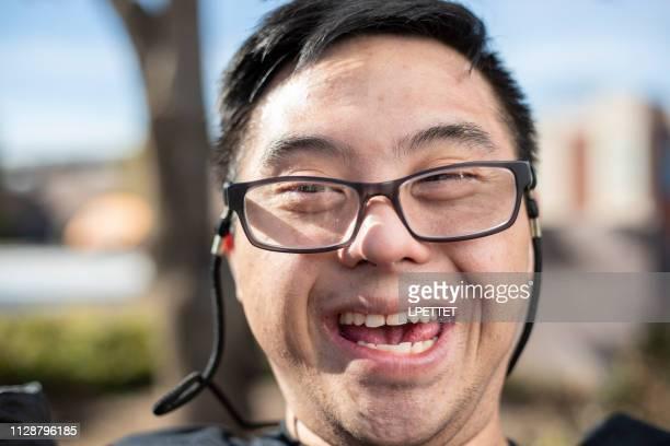 un hombre feliz con síndrome de down - discapacidad intelectual fotografías e imágenes de stock