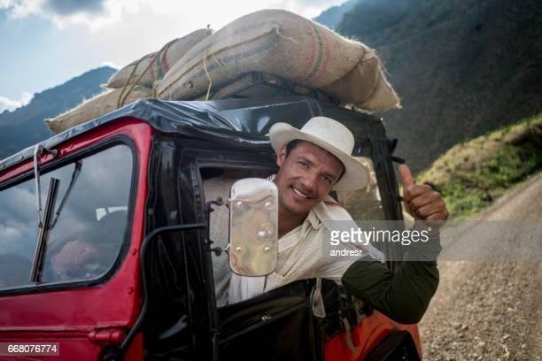 hombre feliz con pulgar arriba transportando sacos de café en un coche - campesino fotografías e imágenes de stock
