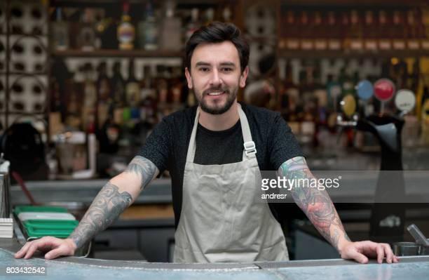 Glücklicher Mann arbeitet in einem restaurant