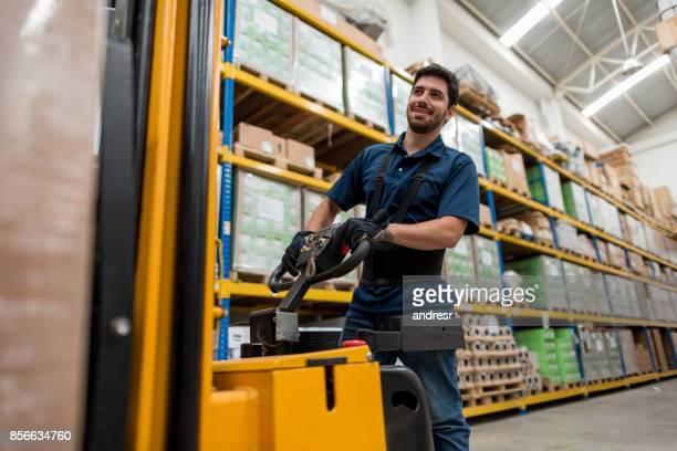 Gelukkig man werkt in een magazijn Verhuisdozen