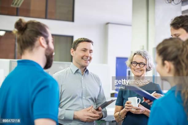 Glücklich Manager-meeting mit den Arbeitnehmern in Druckerei