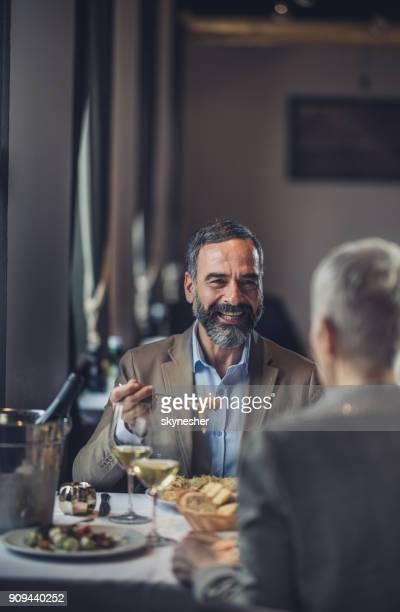felice coppia matura che comunica mentre pranza in un ristorante. - lunch foto e immagini stock