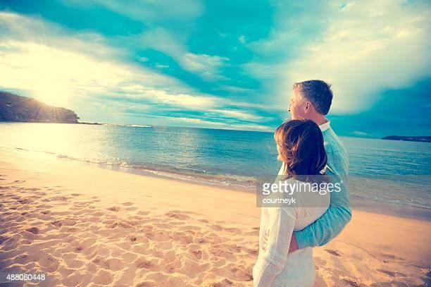 Heureux couple d'âge mûr en regardant le lever du soleil.