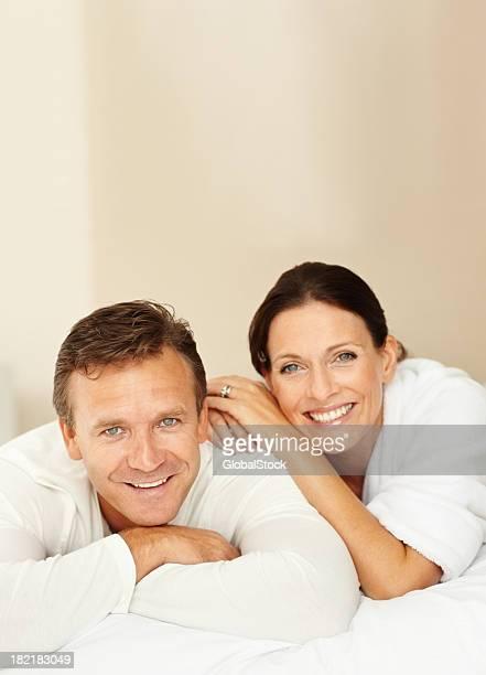 Heureux mature couple Allongé sur le lit