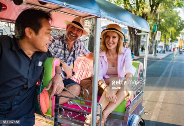 Gerne älteres Paar im Urlaub mit dem Tuktuk Verkehr in Thailand