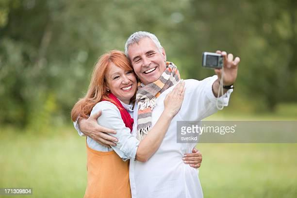 Heureux couple mature en plein air