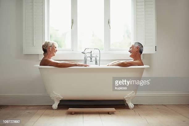 Glücklicher Reifer Mann und Frau in der Badewanne