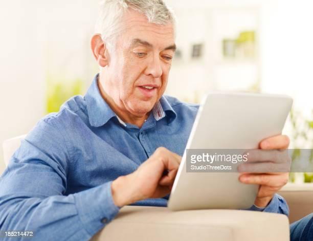 Heureux Homme mûr à l'aide d'une tablette PC