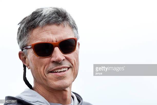 heureux homme mature avec des lunettes foncé - lunettes de soleil teintées photos et images de collection