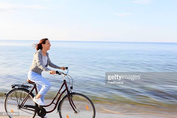 Glückliche Ältere Frau am Strand