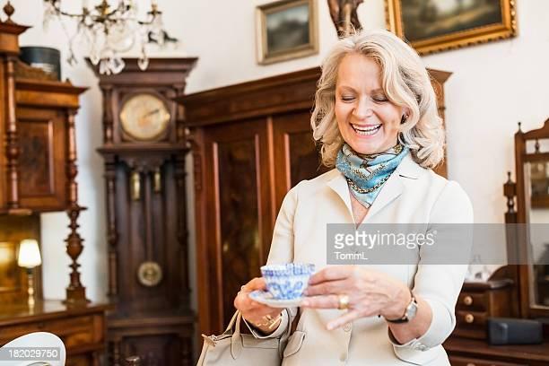 Glückliche Ältere Frau in Antiquitätengeschäft