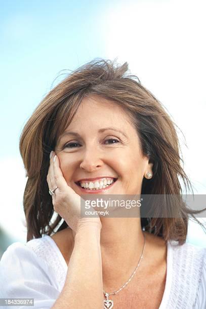 femme d'âge mûr heureux en plein air - femme 50 ans brune photos et images de collection
