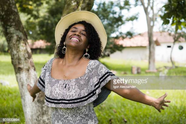 heureuse femme d'âge mûr - royalty free images no watermark photos et images de collection