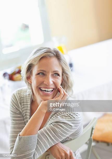 Glücklich Reife Frau sitzt auf dem Stuhl wie zu Hause fühlen